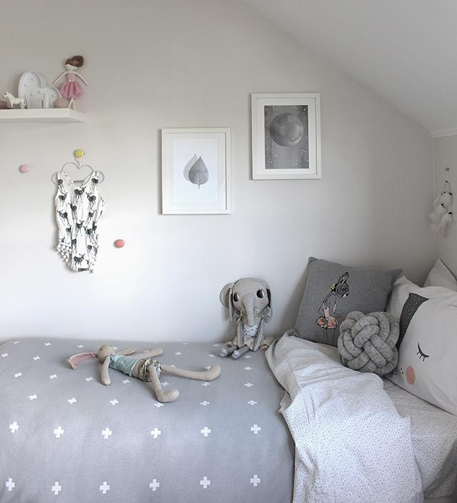 Nos inspiramos con la habitaci n infantil de darci for Dormitorio gris y blanco