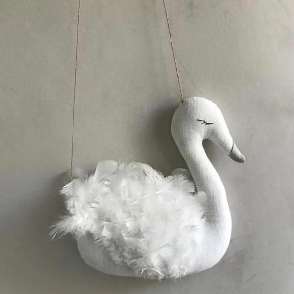 Cisne blanco con plumas