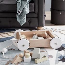 Carro arrastre con piezas de construcción